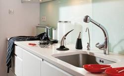 Ściany kuchenne - 8 pomysłów na wykończenie przestrzeni nad blatem