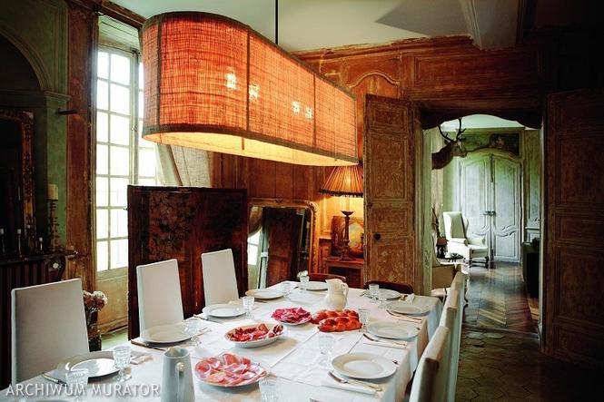 Pomarańczowa lampa nad stołem