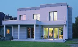 Nowoczesny dom z elewacją wykończoną tynkiem. Zobacz, jak wykonano bonie w tynku