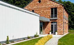 Loft z ceglaną elewacją i nowoczesna kostka. Obejrzyj dom zbudowany w dwóch stylach