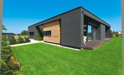 Przemyślany dom minimalistyczny. Parterowy budynek w grafitowych barwach