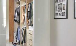 Nowoczesna sypialnia. Prywatna przestrzeń połączona z garderobą lub łazienką. Galeria zdjęć
