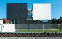 Dom w japońskim stylu. Geometryczna bryła budynku i kontrastowe kolory
