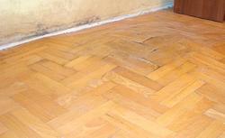 Naprawa podłogi po zalaniu. Jak zlikwidować uszkodzenia posadzki?