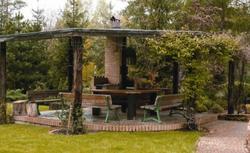 Altana ogrodowa z letnią kuchnią. Zbuduj schronienie przed słońcem i deszczem