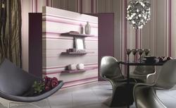 Nowoczesna tapeta w poziome pasy - zobacz aranżację salonu z ciekawą tapetą