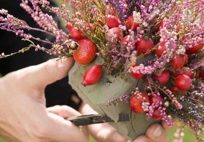 Jesienny bukiet z wrzosu, owoców dzikiej róży i hortensji (krok po kroku)
