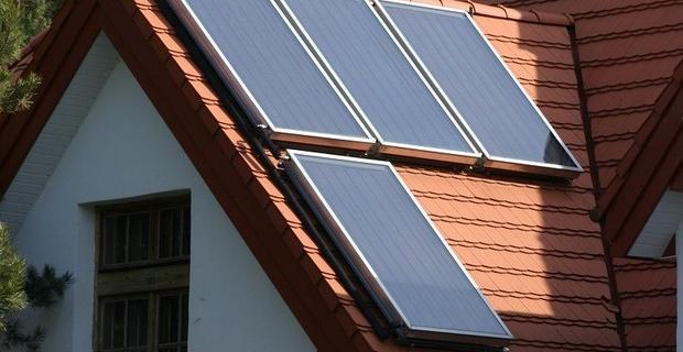 Kolektory słoneczne i pompa ciepła razem. Jak działa takie połączenie?